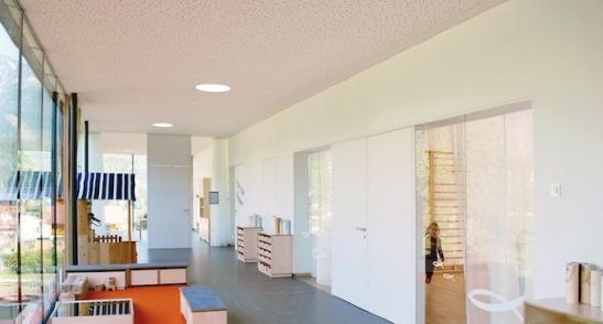 新建的幼儿园作为牧区住宅与L形地块的补充,旨在为孩子们营造一个特别的有吸引力的开放空间。建筑首层局部架空,为孩子们赢得了更多的户外活动场地。  建筑平面在设计之初便以紧凑和功能性作为首要原则,附属功能例如门廊,衣帽间,花园入口等被严格地与主要区域分开,避免一切功能的交叉与重叠。活动室朝向东方,让早晨的活动能够享受到最佳的阳光。孩子活动教室位于建筑中心,由东西向走廊连接,各班教室朝南侧一字排开,同样是为了争取更好的日照。  建筑在材料选择上利用木头与玻璃,做到了对能源利用的最优化设计。设计使得内部有着非常舒